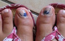 Fiore blu nail art