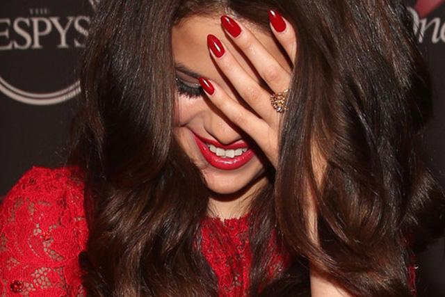 Selena Gomez Sfoggia Unghie A Mandorla rosse